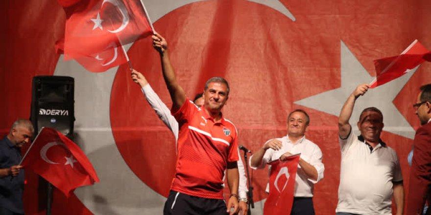 Bursasporlu futbolcular ve yöneticiler demokrasi nöbetinde