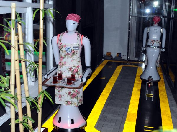 Konya'da robot garsonlu kafeterya 1