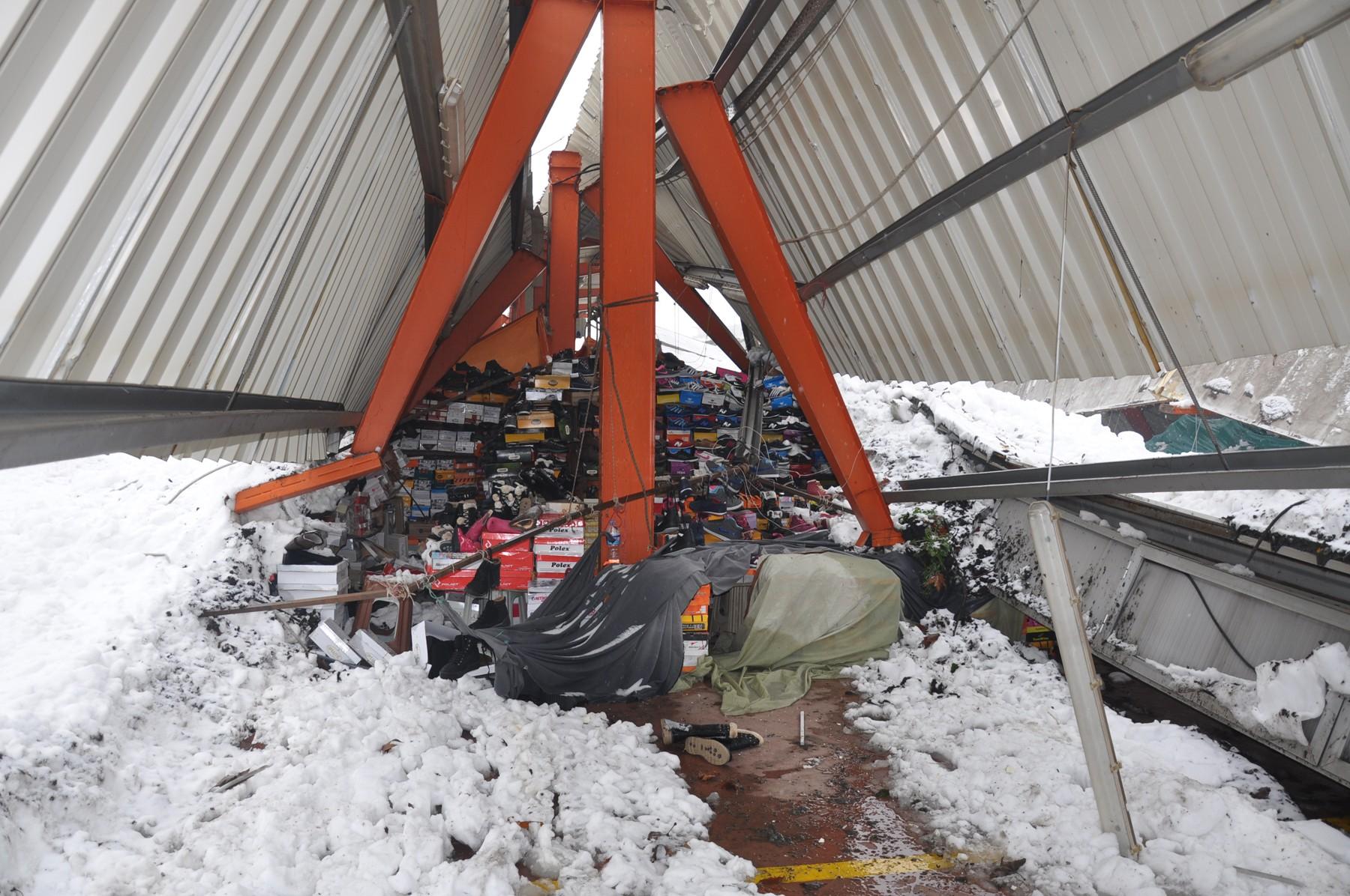 Pazar yerinin çatısı çöktü 10