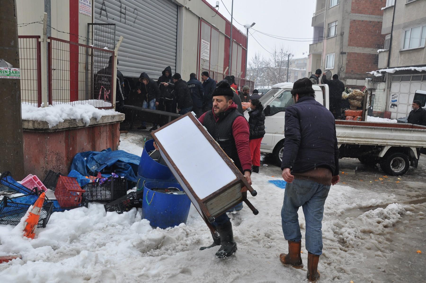 Pazar yerinin çatısı çöktü 18