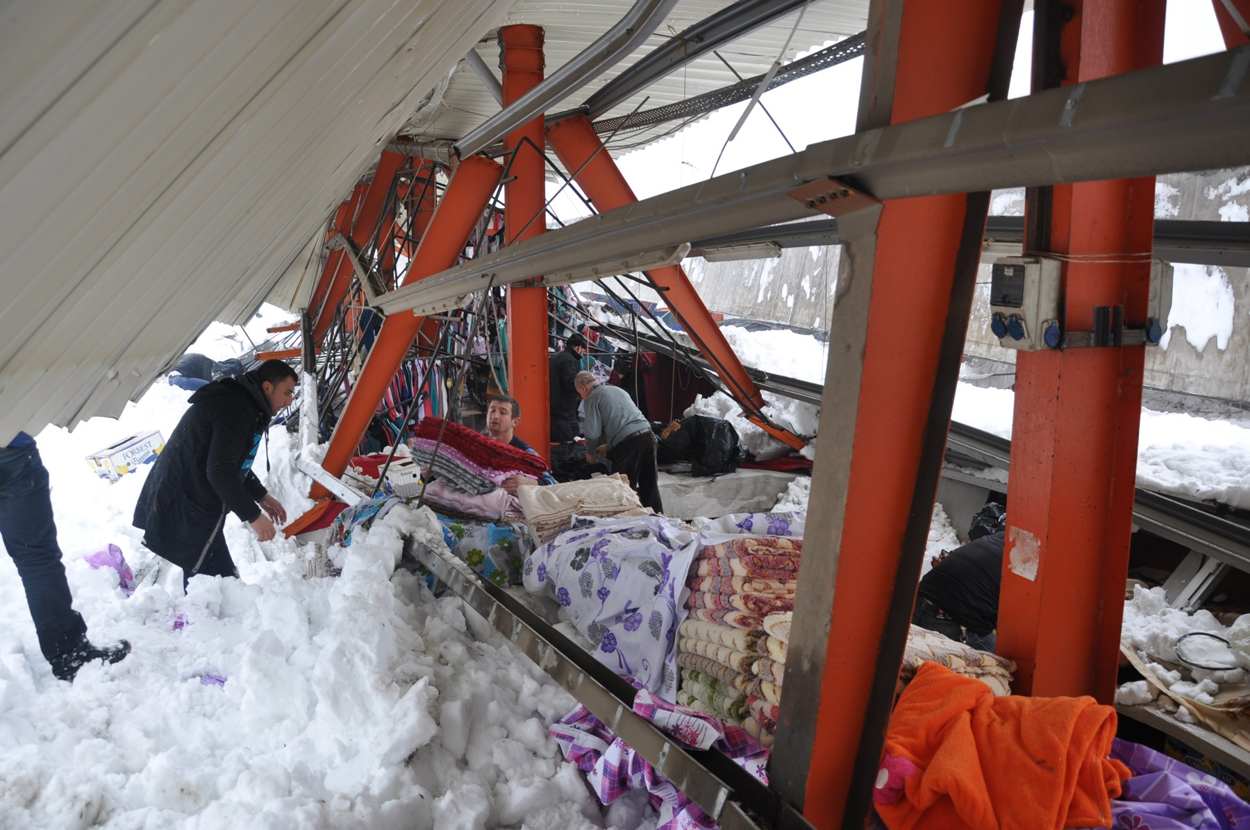Pazar yerinin çatısı çöktü 5