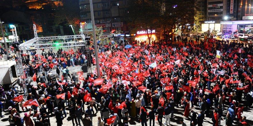 Bursa'da referandum sonucunu davul zurna ile kutladılar