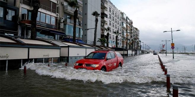 İzmir'de deniz taştı, işyerlerini su bastı 1