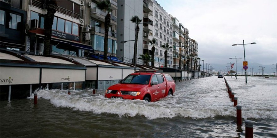 İzmir'de deniz taştı, işyerlerini su bastı
