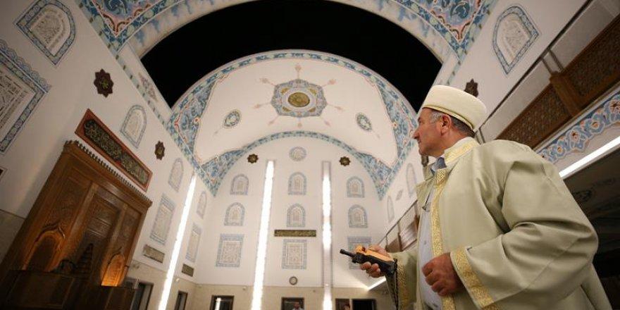 Kubbesi açılan camiye yoğun ilgi