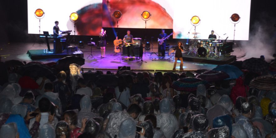 Sertap Erener konserine yağmur sürprizi