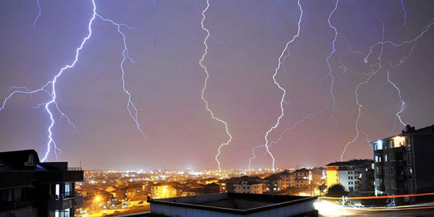 Bursa'da gecenin karanlığını yıldırım ve şimşekler aydınlattı