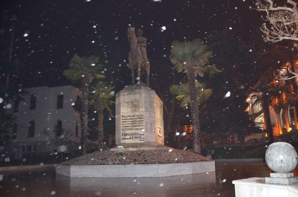 Bursalılar güne kar yağışı ile uyandı 1