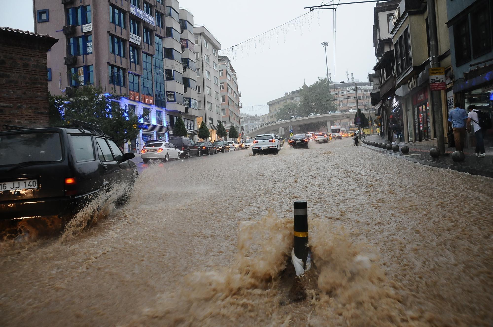 Bursa`da yağmur hayatı olumsuz etkiledi 17