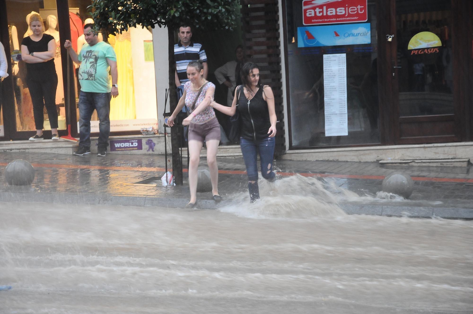 Bursa`da yağmur hayatı olumsuz etkiledi 19