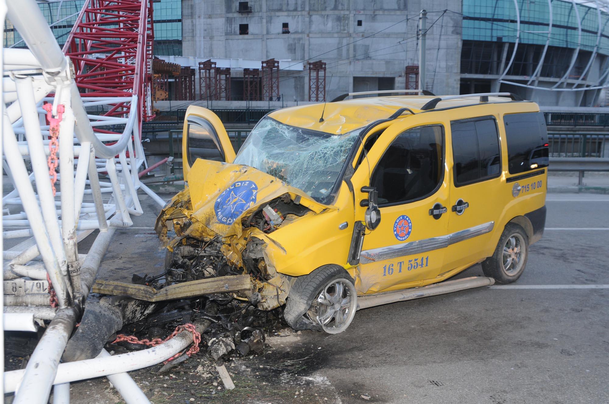 Timsah Arena'nın vinci taksi üzerine devrildi 12
