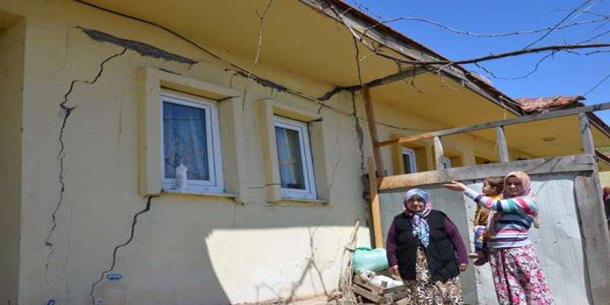 Bursa'da heyelan bir köyü yok ediyor