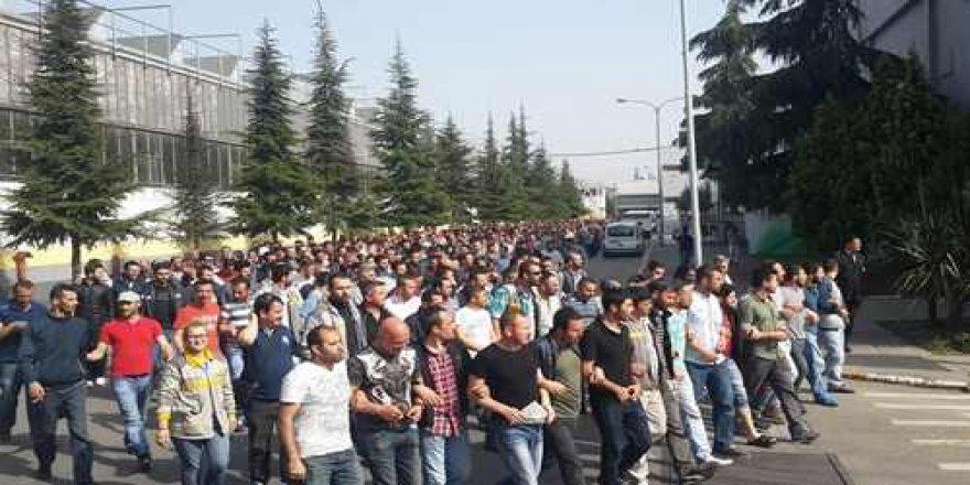 Üretime ara verilen Tofaş ve Renault işçileri fabrika önünde sabahladı