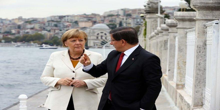 Davutoğlu ile Merkel bir araya geldi
