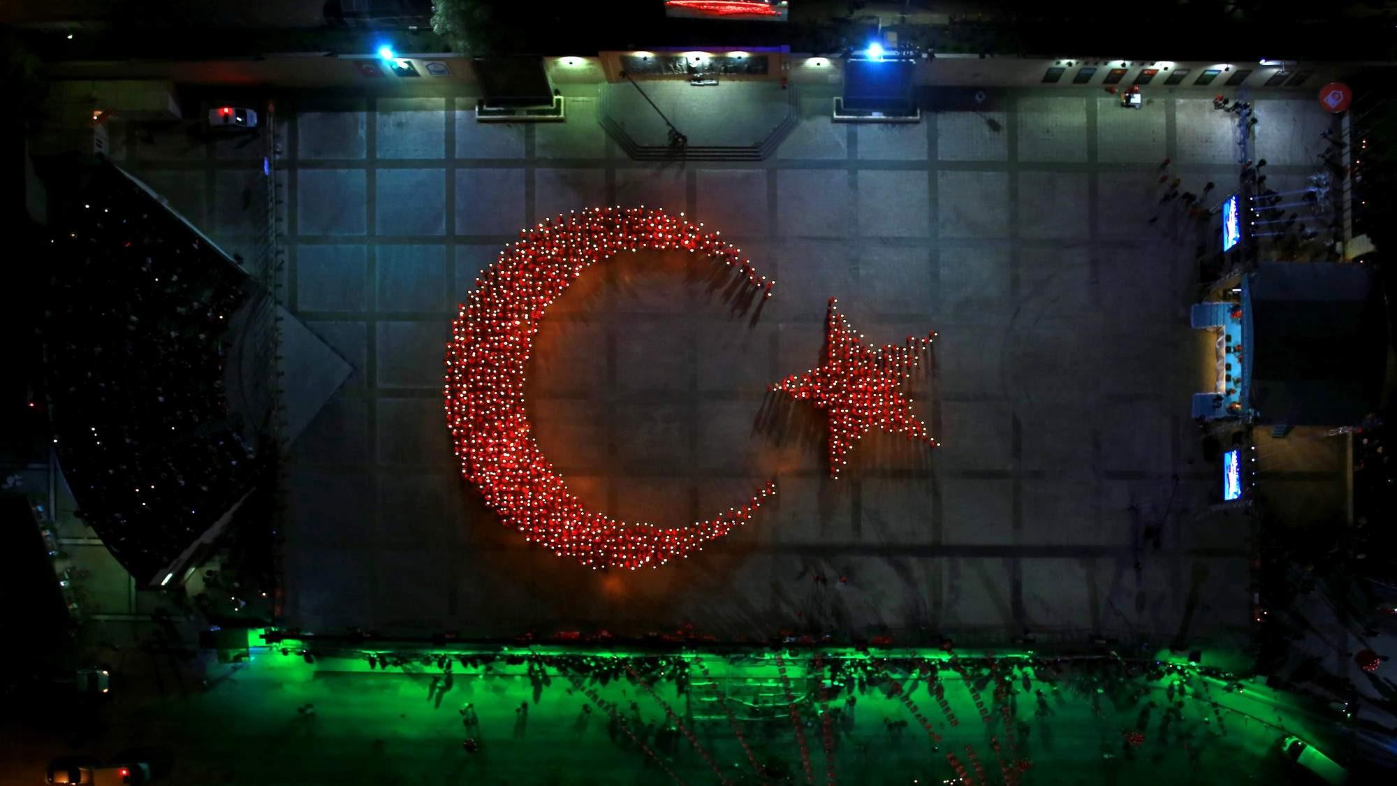 1923 kişi meşalelerle Türk Bayrağı oluşturdu 1