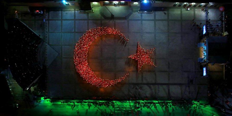 1923 kişi meşalelerle Türk Bayrağı oluşturdu