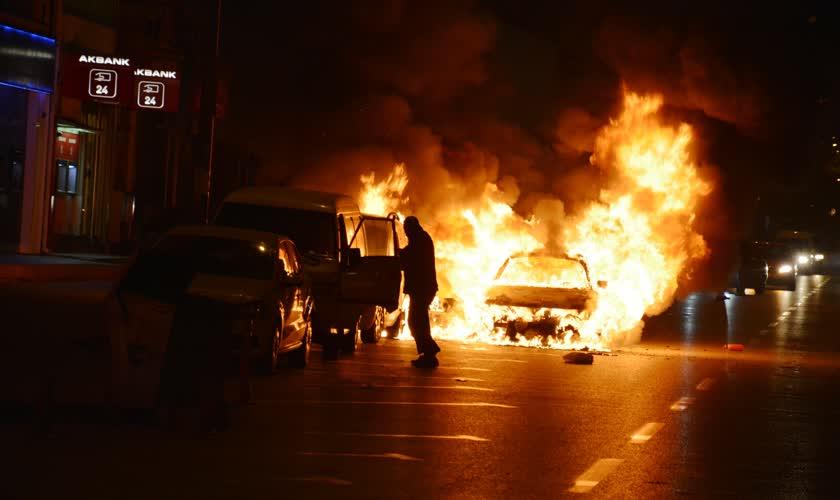 Bursa'da alev alan araç diğer araçları da yaktı 1