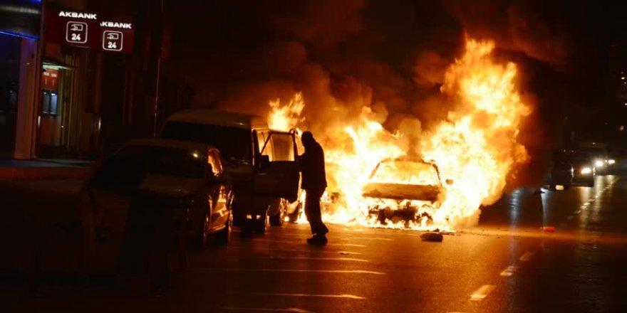 Bursa'da alev alan araç diğer araçları da yaktı