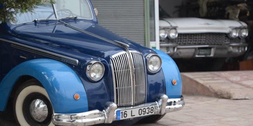 Klasik otomobil koleksiyonuna servet harcadı
