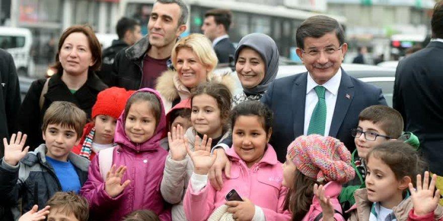 Başbakan Davutoğlu çocukları ofisinde ağırladı
