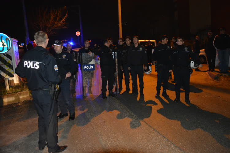Bursa'da uyuşturucu satıcılarının evine saldırı 1
