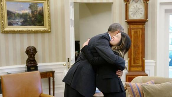 Obama ebolayı yenen hemşireyi kucakladı