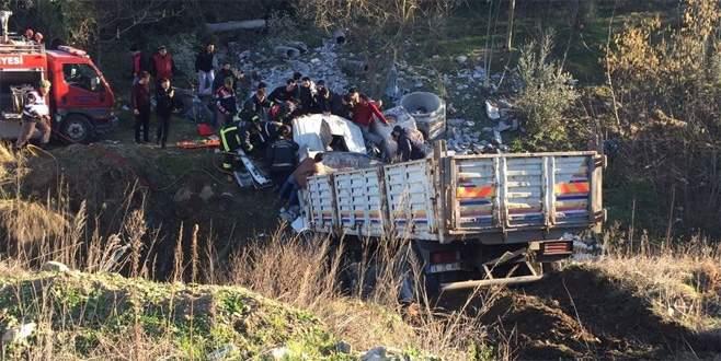 Bursa'da freni patlayan TIR devrildi: 1 yaralı