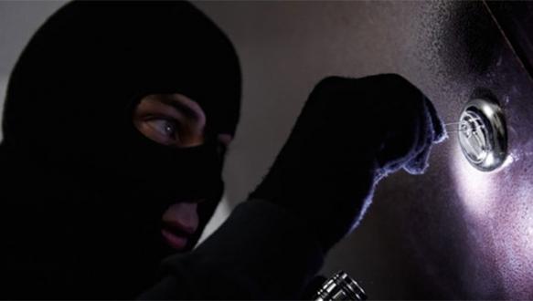 Evinde yakaladığı hırsızı...