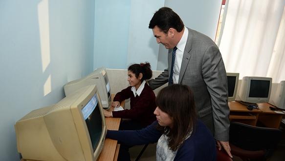 Osmangazi`den muhtarlara bilgisayar