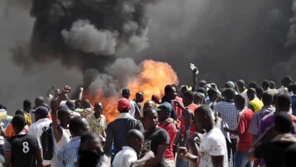 Göstericiler meclisi yaktı