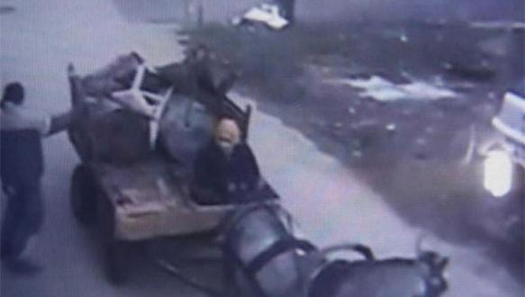 At arabalı hırsızlar güvenlik kamerasında