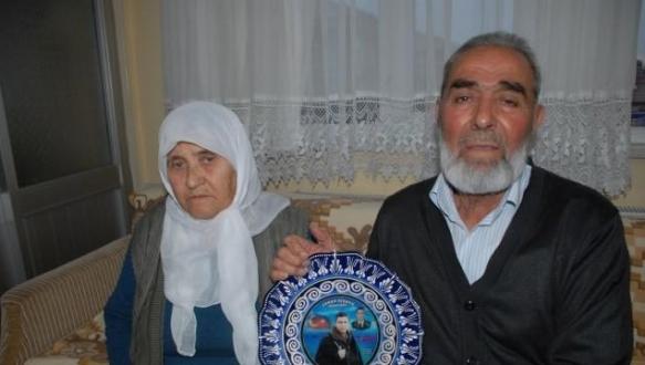 Şehit babasına sarılıp emekli maaşını çarptılar