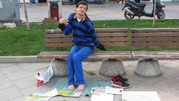 Ayağı ile resim yapıp şiir yazarak para kazanıyor
