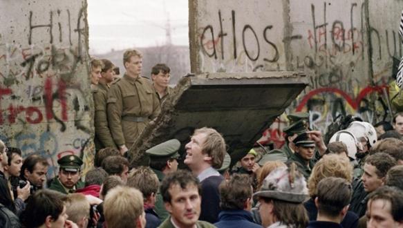 Almanlar duvarın yıkılışını kutluyor