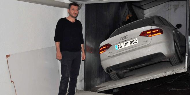 Otomobilini 1 yıldır apartman asansöründen çıkaramıyor
