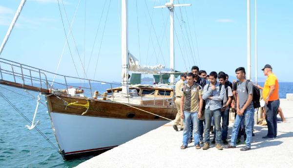Bodrum'da yelkenli teknede 76 kaçak yakalandı