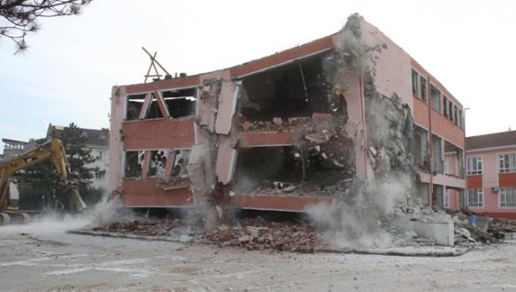 31 yıllık okul binası yıkıldı