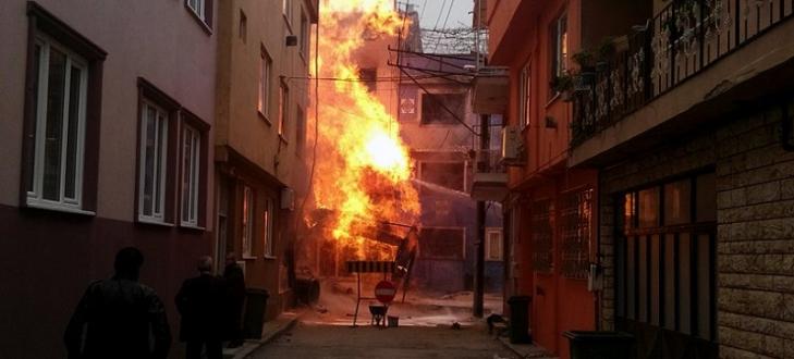 Bursa`da yangın, alevler apartman boyunu aştı!