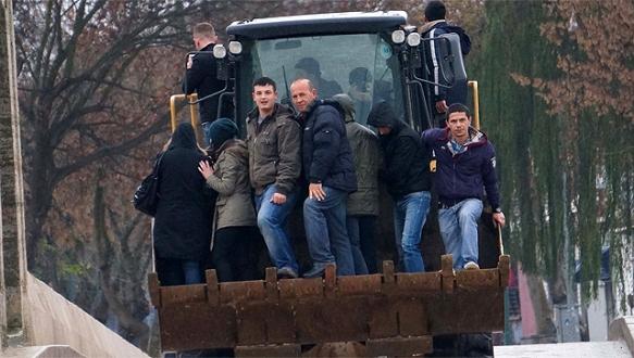 İşe kepçe ve askeri araçlarla gidiyorlar