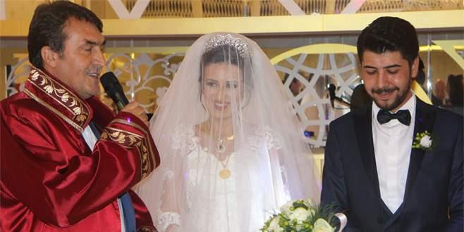Belediye başkanı nikahını kıydığı çifte ev tapusu verdi
