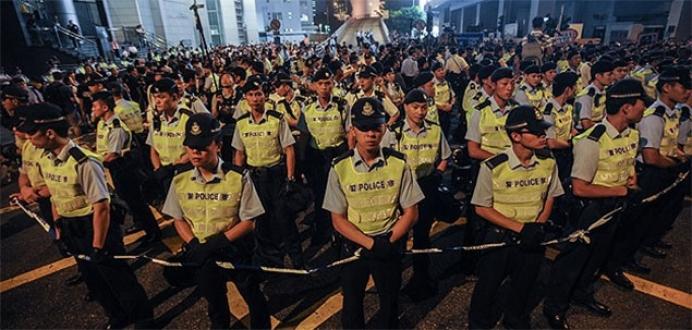 Hong Kong'da polis alanları boşaltmaya başladı