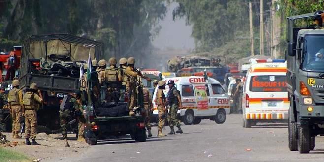 Pakistan'da polis aracına saldırı: 2 ölü