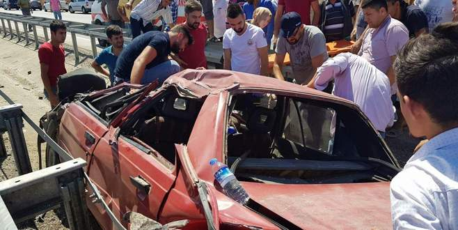 Bursa'da kazada sıkışan sürücüyü vatandaşlar kurtardı