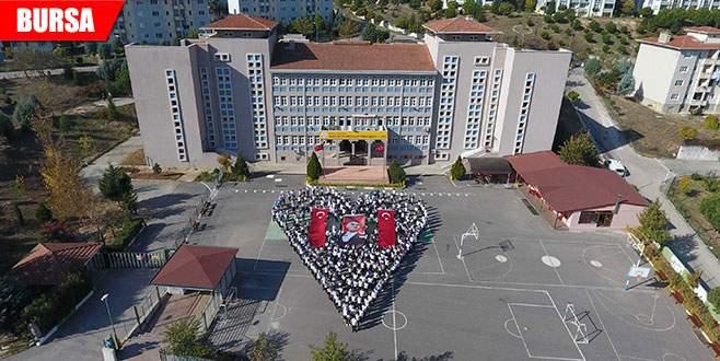 Kalp figürü oluşturarak Atatürk'ü andılar