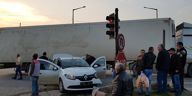 Bursa'da otomobille TIR çarpıştı