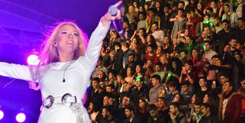 Ünlü şarkıcıya şok protesto!