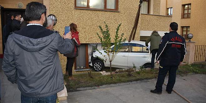 Minibüsün çarptığı otomobil evin yatak odasına girdi