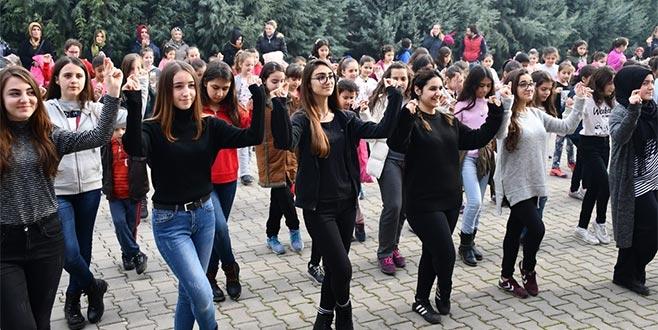 İnegöl'de gençler halk danslarını öğreniyor