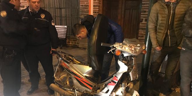 Bursa'da iki Suriyeli genç, çalıntı motosikletle kaçarken kaza yaptı