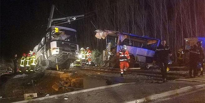 Fransa'da tren ile okul servisi çarpıştı: 4 ölü
